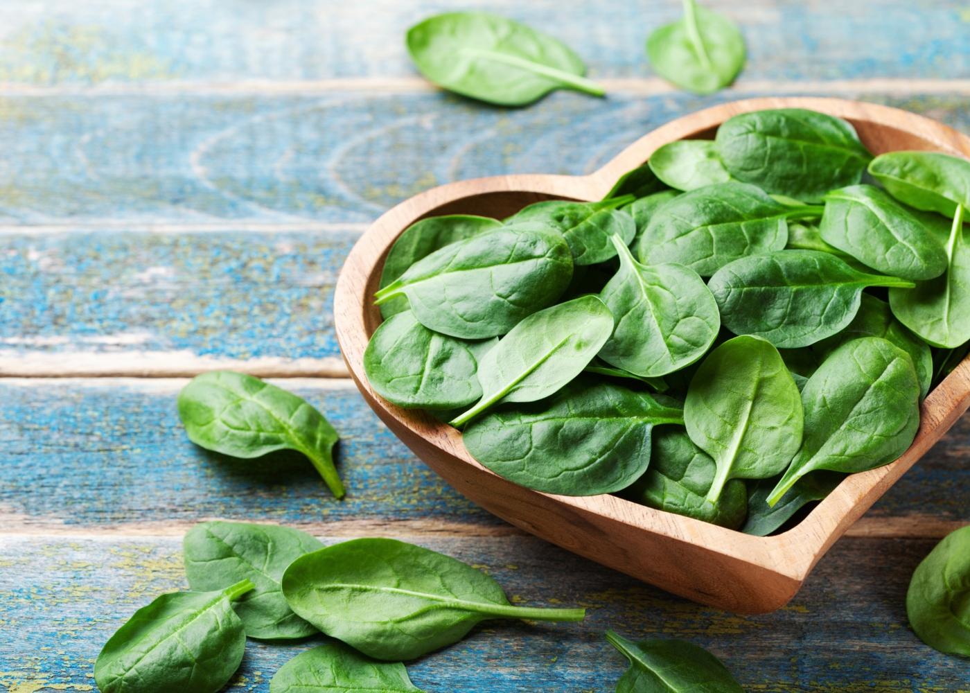taça em coração com folhas de espinafres