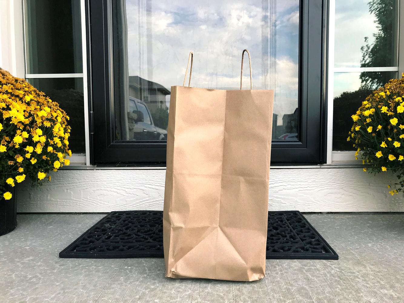 Saco com refeições entregue à porta de casa