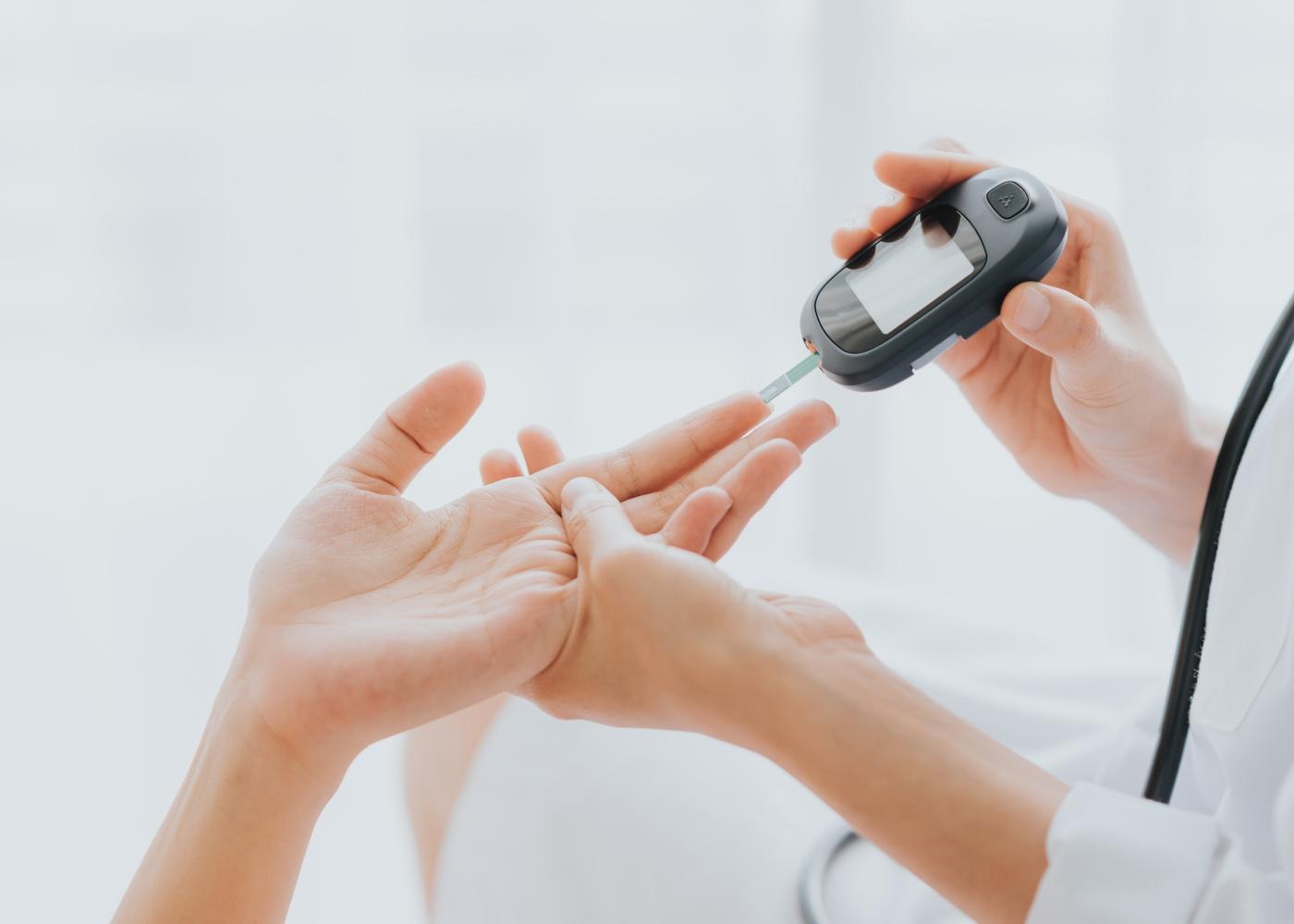 Médica a controlar glicemia de paciente