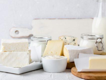 Tipos de queijo: variedade de queijos em cima de uma mesa