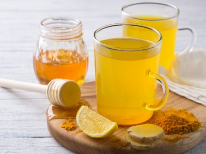 chá de curcuma com limão e gengibre
