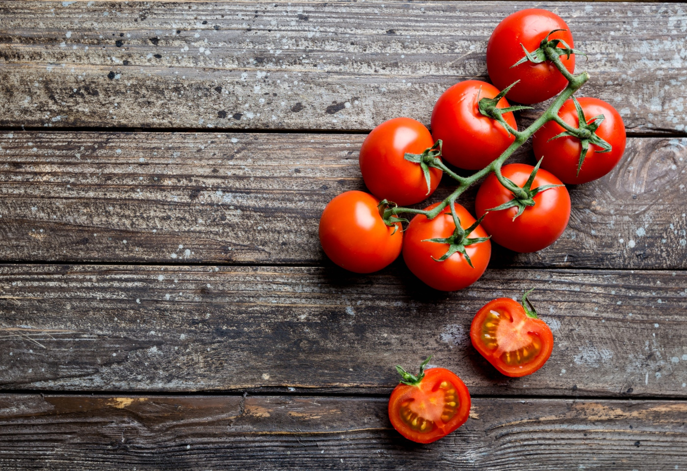 Tomates em mesa de madeira