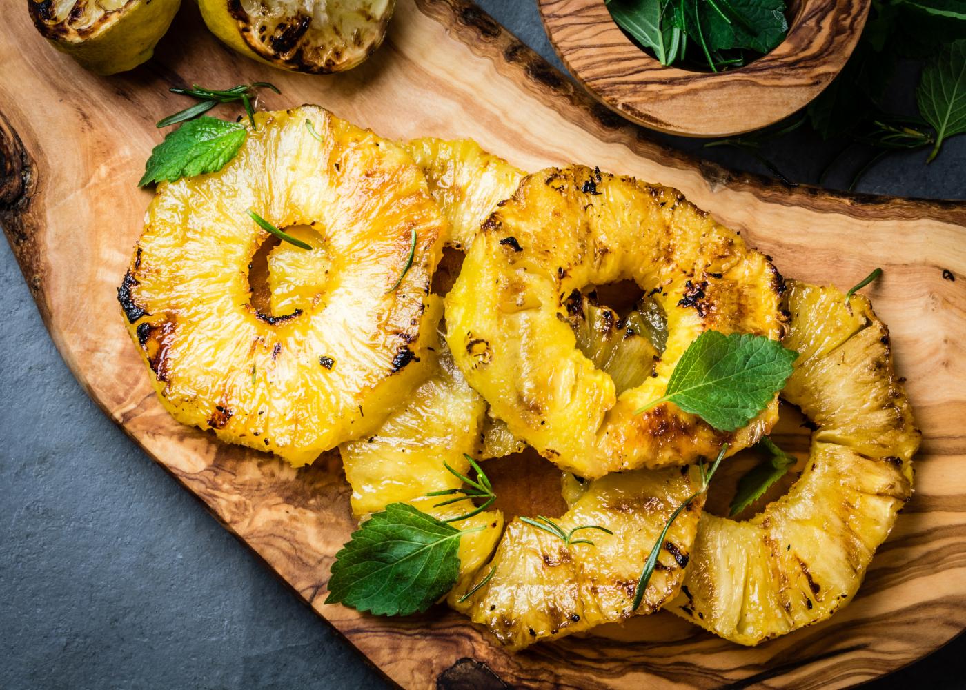 rodelas de ananás assado com canela