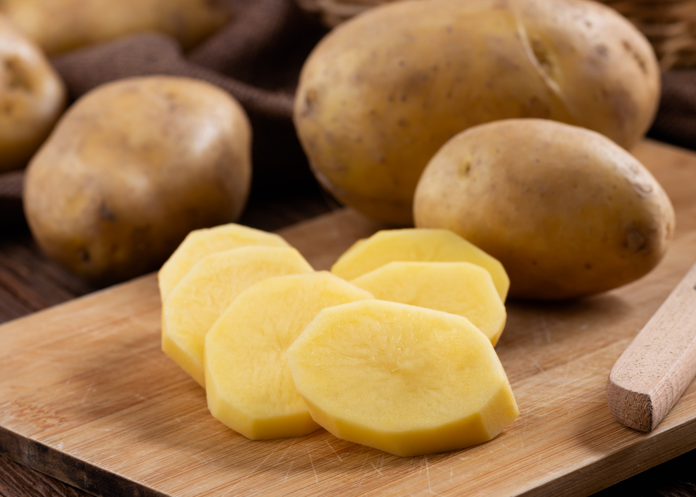 Batatas inteiras e fatiadas