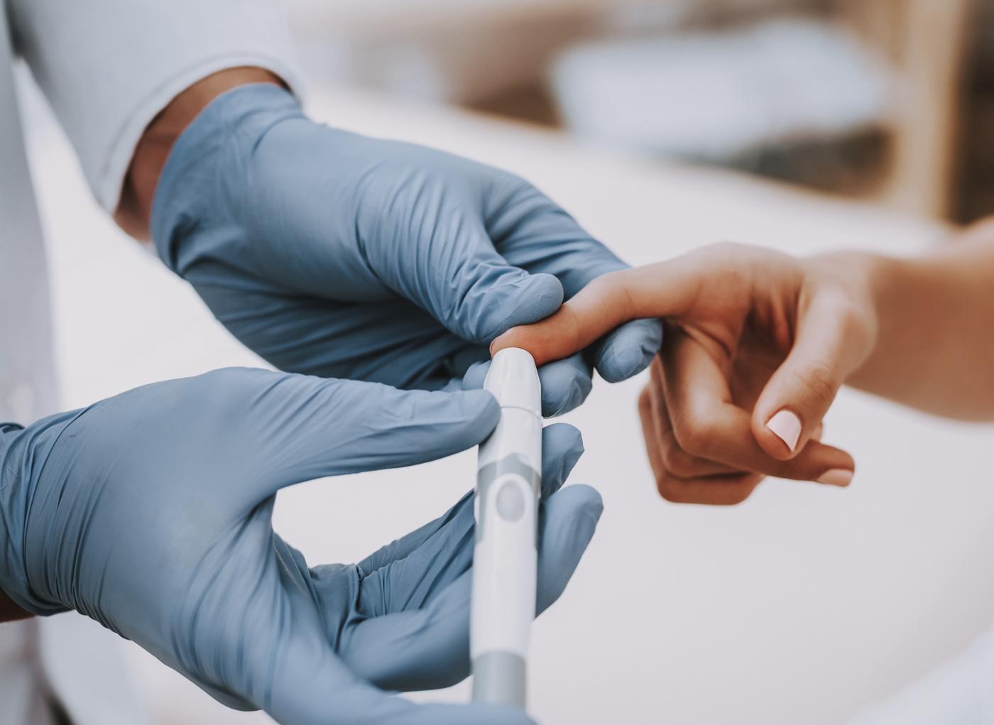 Médico a verificar valores de referência da Diabetes a paciente