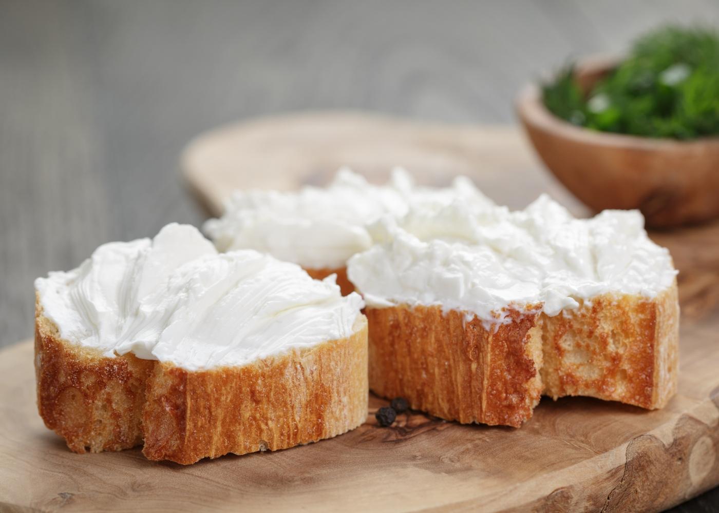 Como poupar calorias: queijo magro para barrar