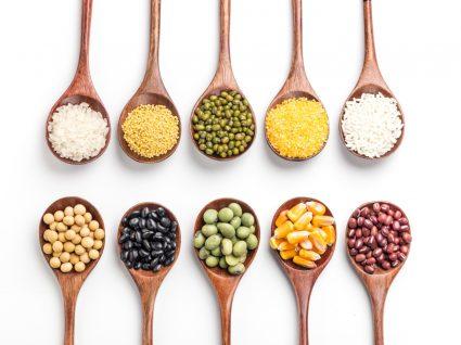 Variedade de alimentos naturalmente sem glúten que substituem a farinha de trigo