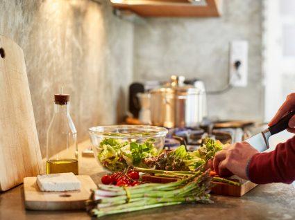 Dietas para perder peso rapidamente: homem a preparar o almoço