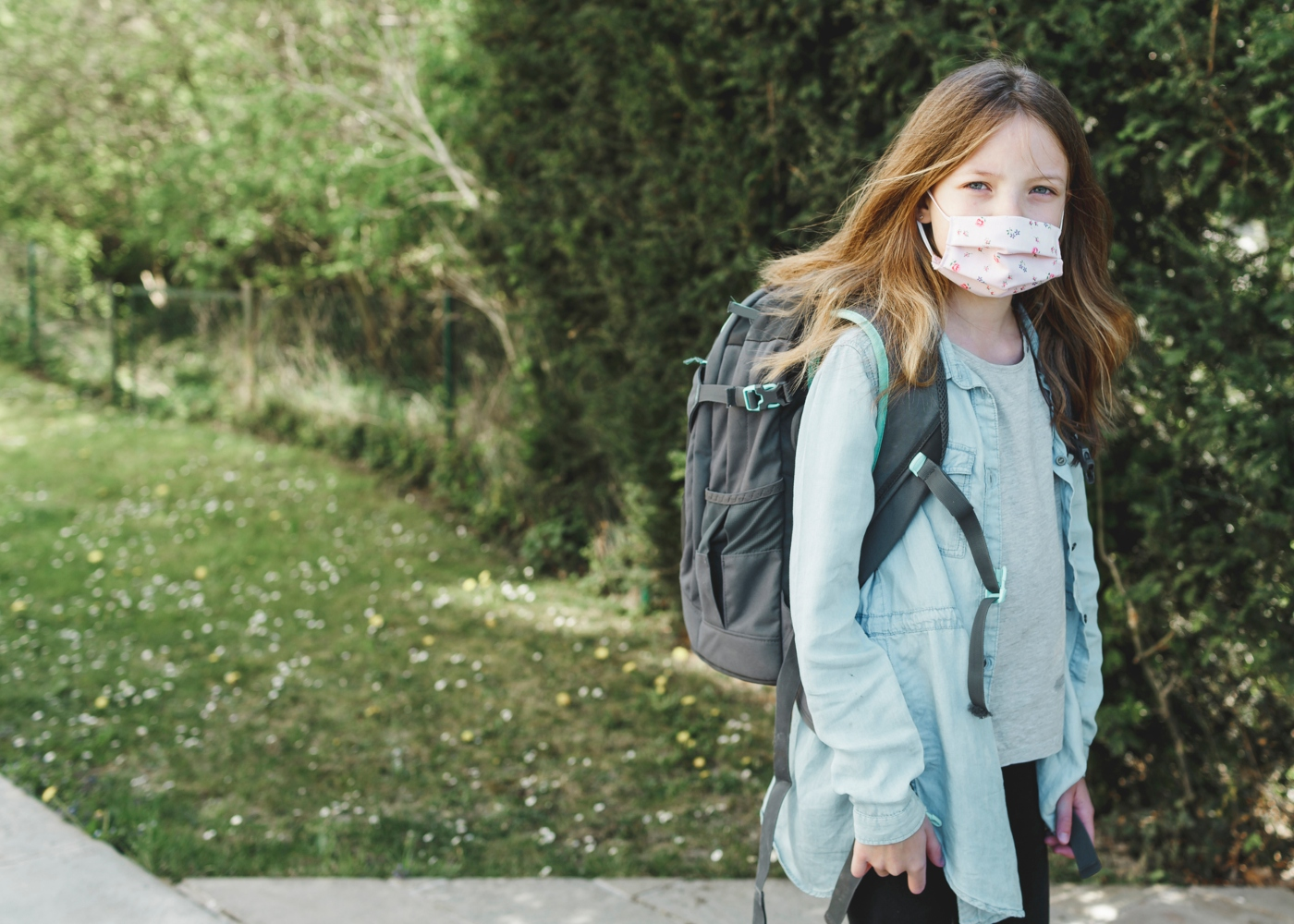 Menina com máscara a ir para a Escola