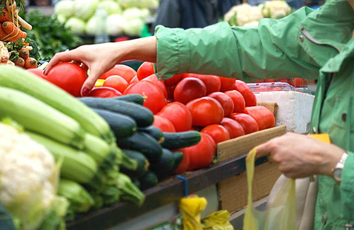 Mulher a fazer compras no Mercado Temporário do Bolhão