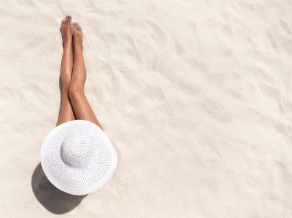mulher a apanhar sola de chapéu branco