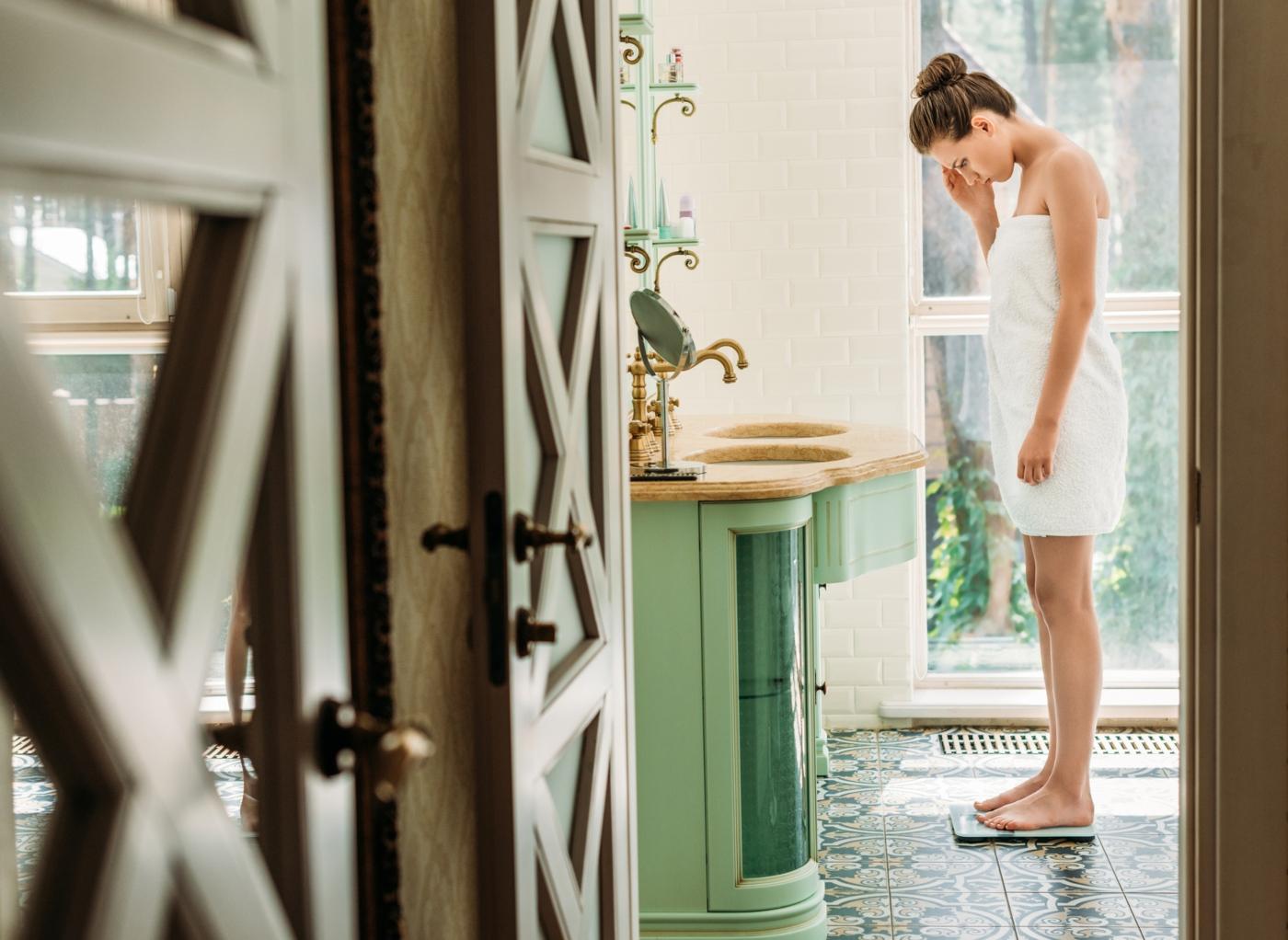 Mulher a pesar-se após o banho