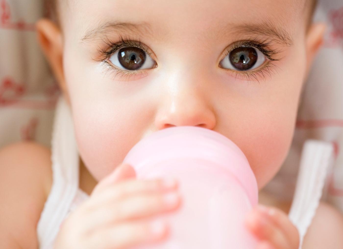 Bebé a beber leite