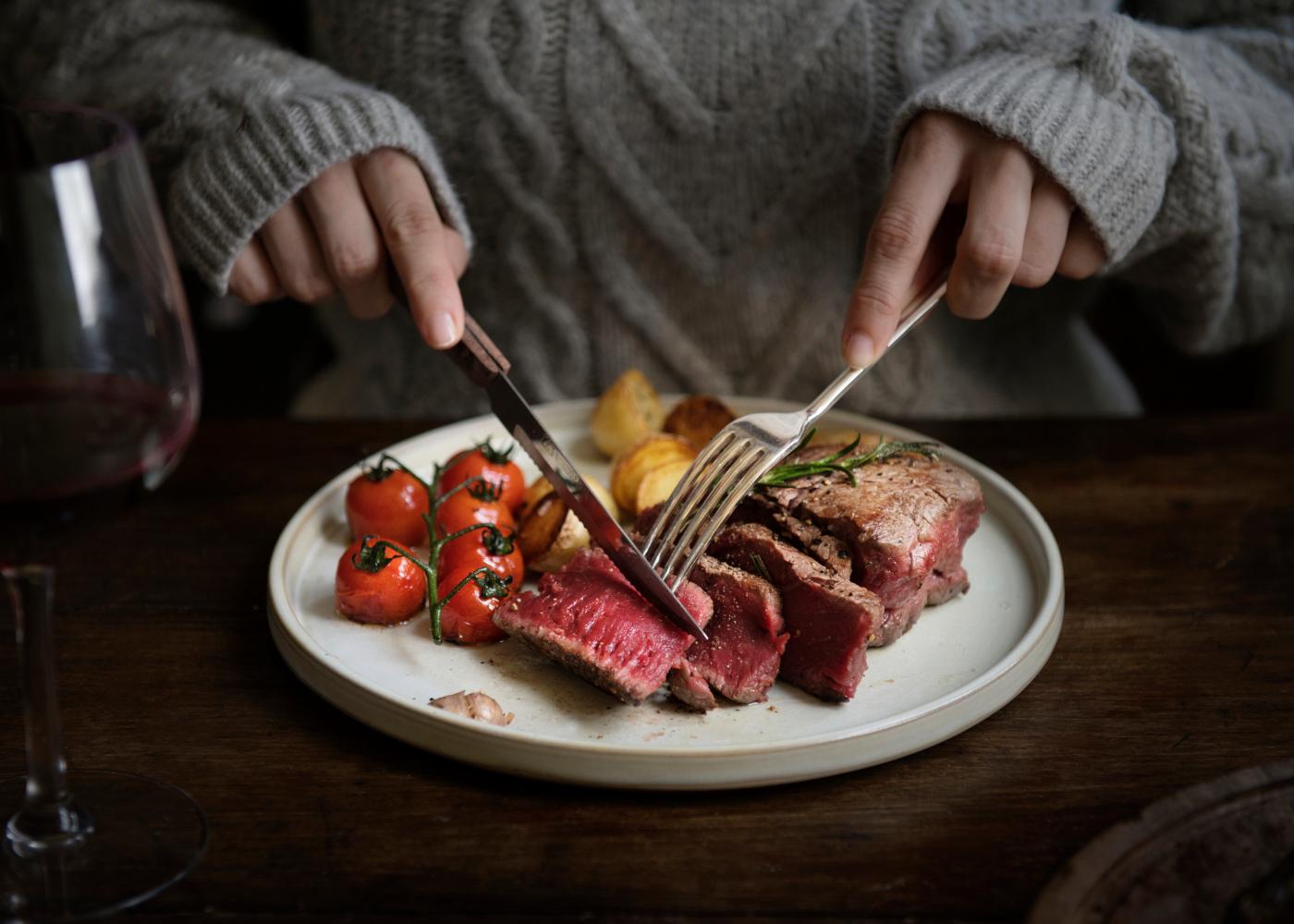 colite e alimentacao carne no prato