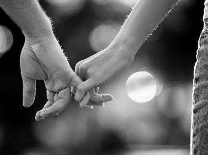 O amor não é tudo: casal de mãos dadas