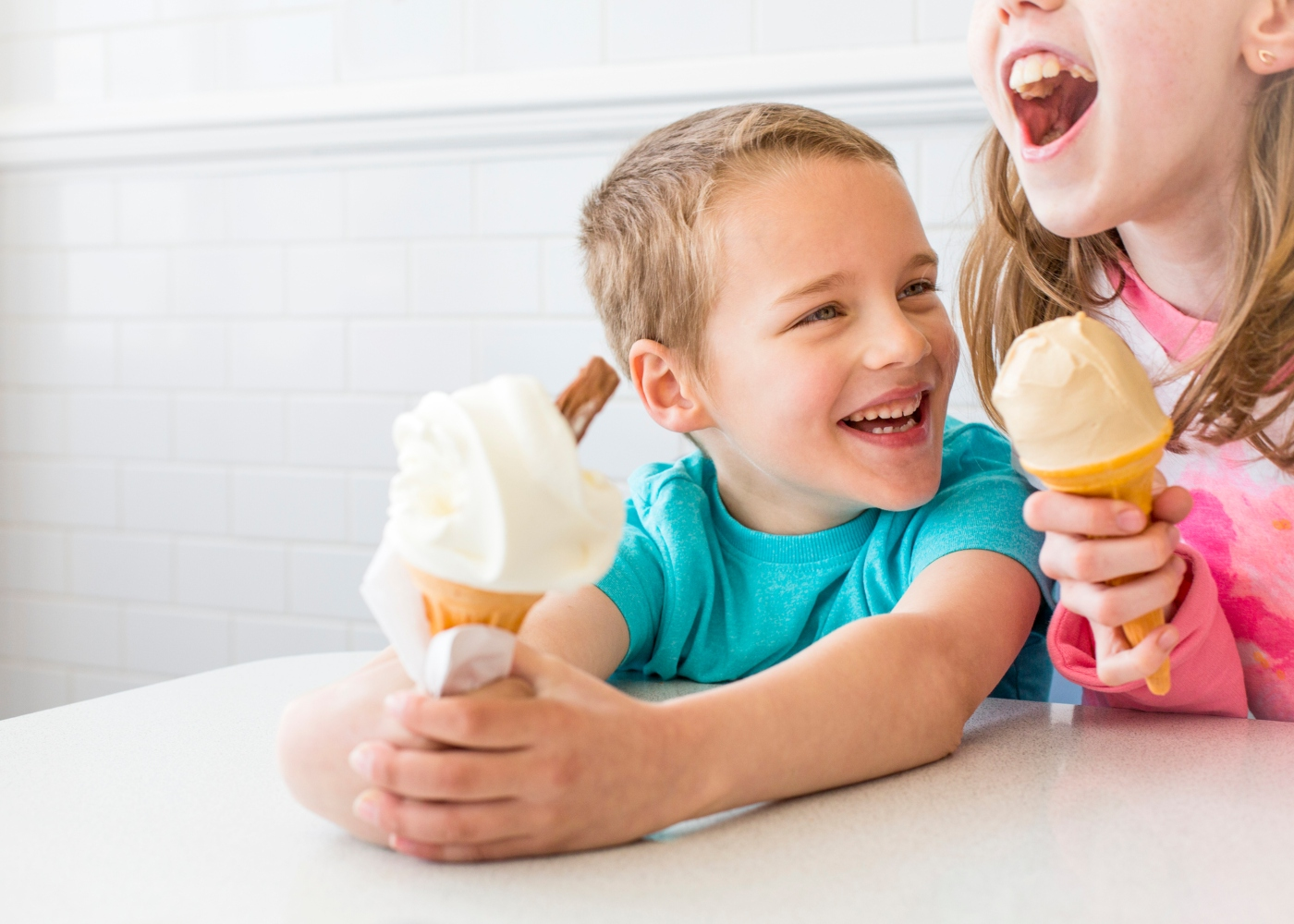menino e menina a comer gelado