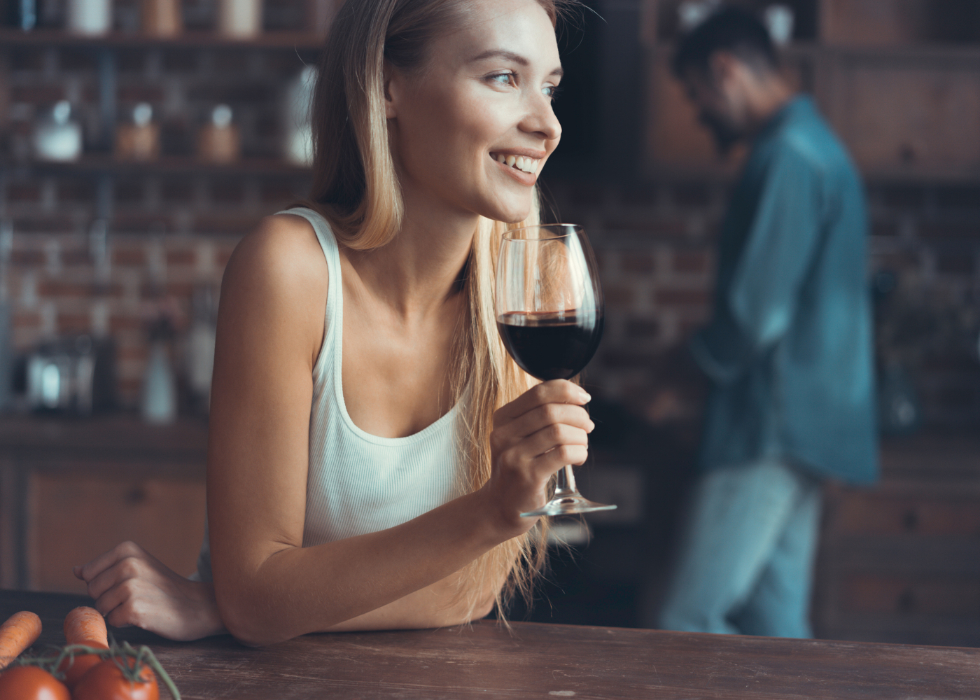 Mulher a beber copo de vinho