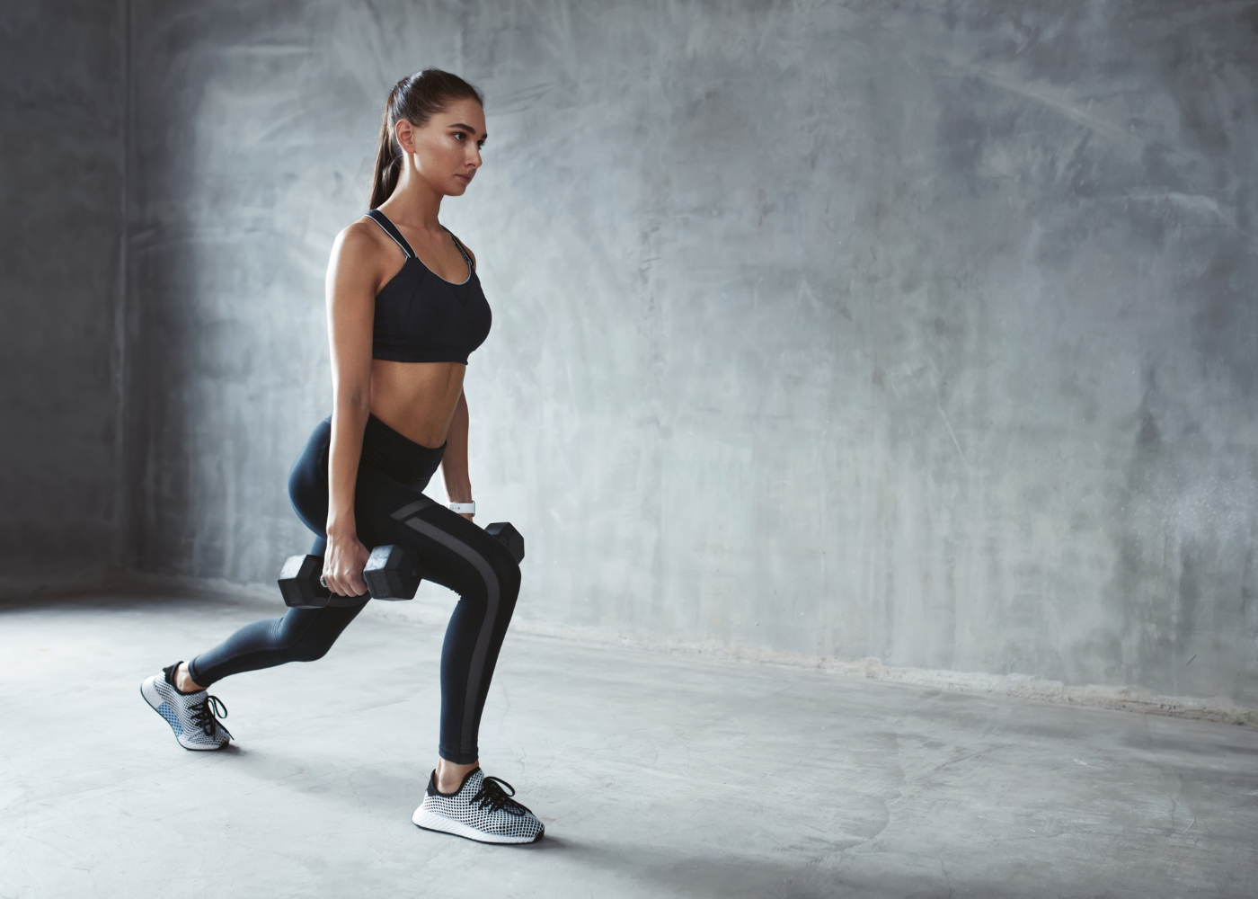 push pull legs mulher a fazer lunge com halter