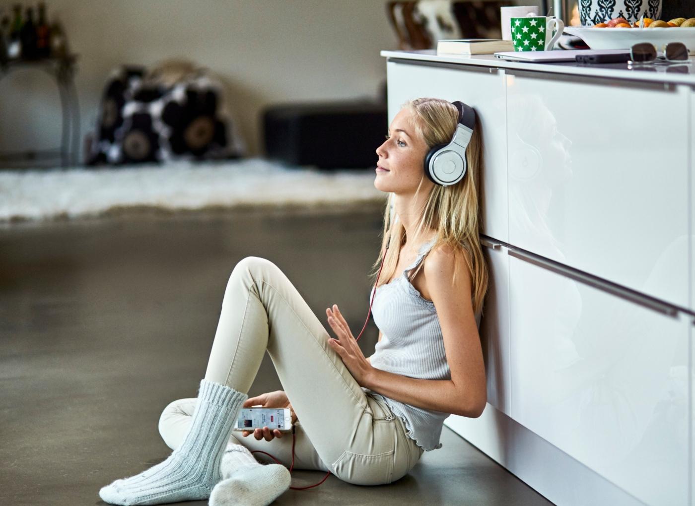 Hábitos de vida saudável: mulher a relaxar