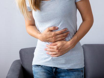 Mulher a sentir-se desconfortável por estar com diarreia