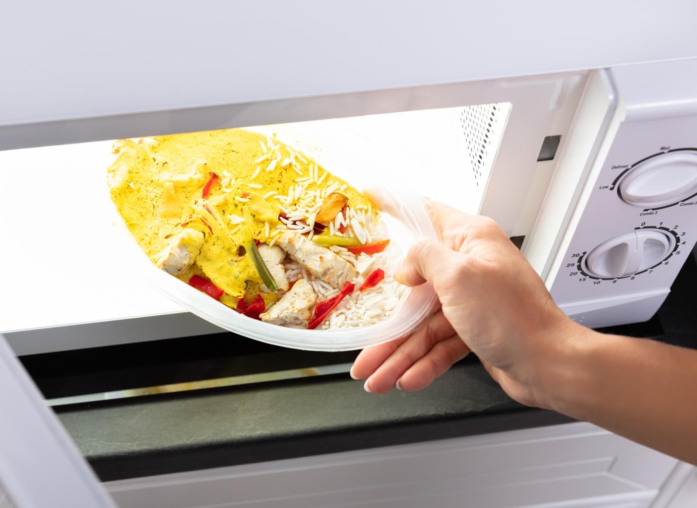 Refeições no micro-ondas: mulher a preparar almoço