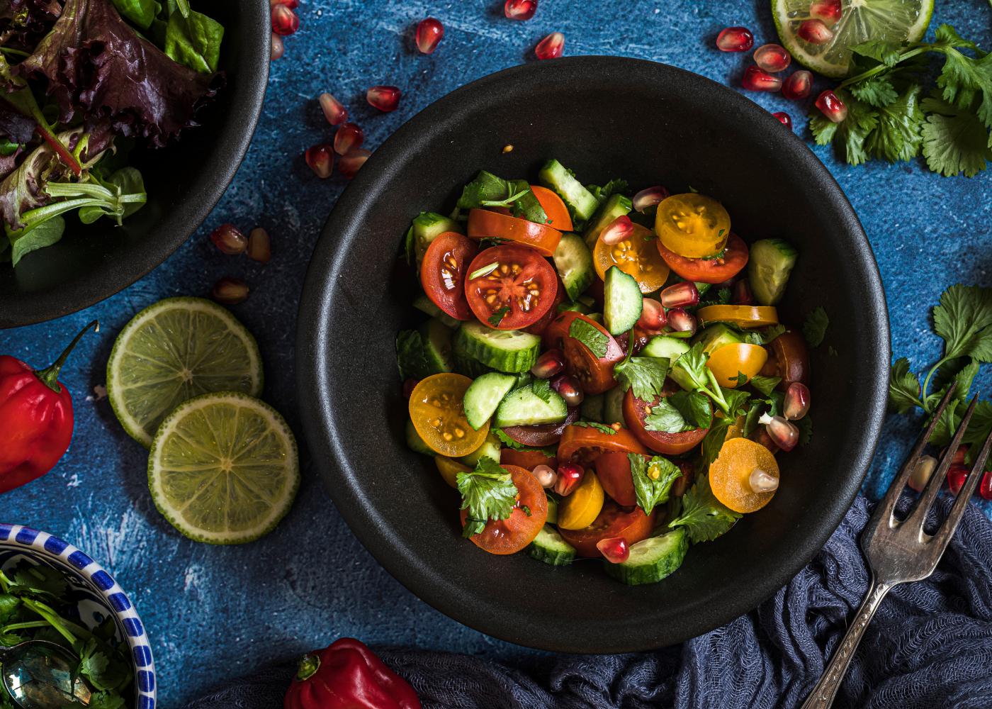 colite e alimentacao salada com legumes crus