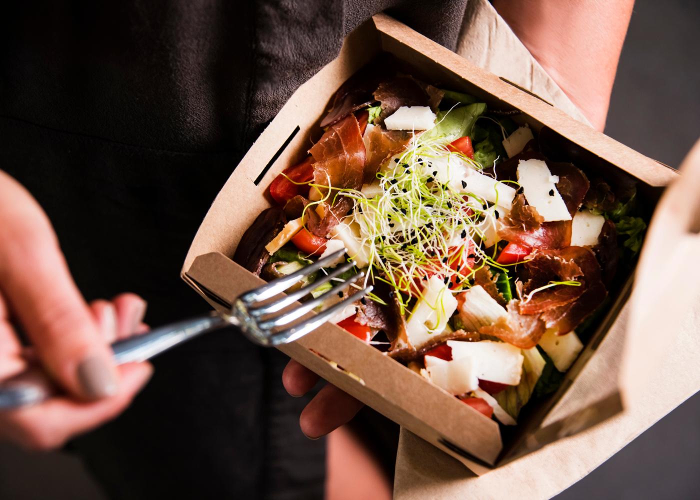 colite e alimentacao salada em caixa