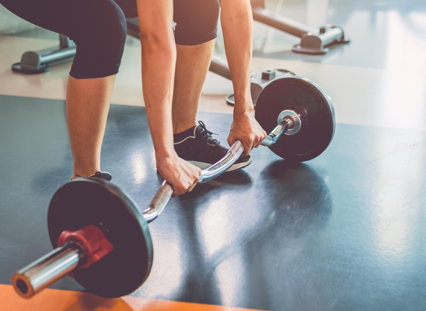 Mulher a fazer treino para ganhar massa muscular