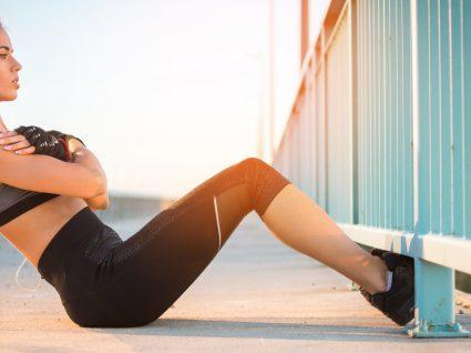 Treino de abdominal ao ar livre: 5 exercícios para ficar com um abdominal definido e forte