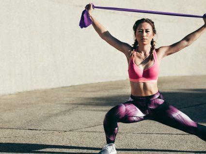Exercícios com banda elástica: 6 exercícios para juntar aos seus treinos