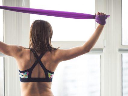 Exercícios com banda elástica para fazer em casa: 6 exercícios eficazes e que trabalham todo o corpo