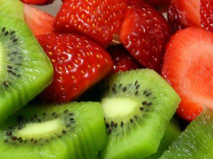 5 Alimentos que baixam o ácido úrico e cuidados a ter para prevenir o seu aumento