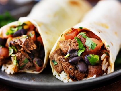 Burritos caseiros para servir num jantar de sabores internacionais