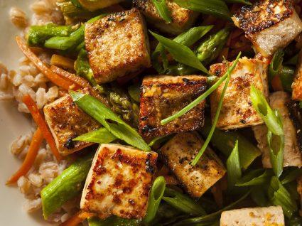 Como cozinhar tofu: 8 receitas salgadas e doces para tirar partido deste alimento
