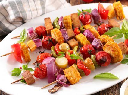 Espetadas vegan: 4 receitas saudáveis para petisco e acompanhamento