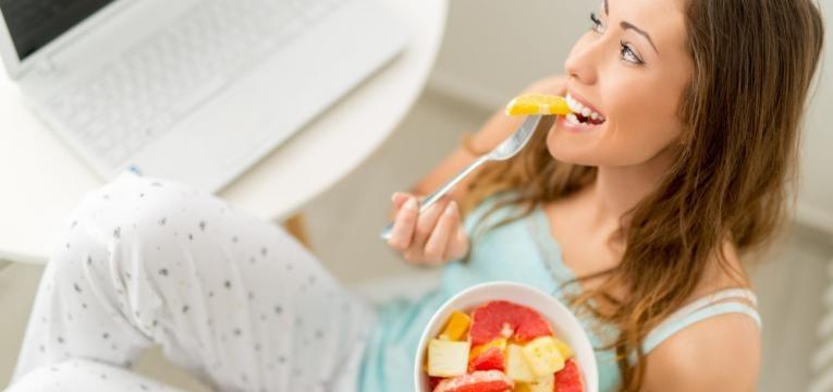 mulher a comer fruta