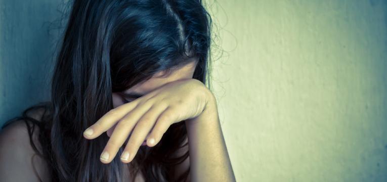 mulher psicologicamente afetada