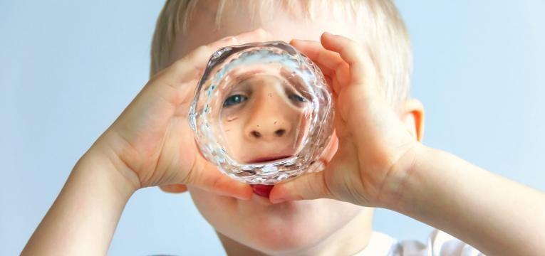 crianca a beber agua