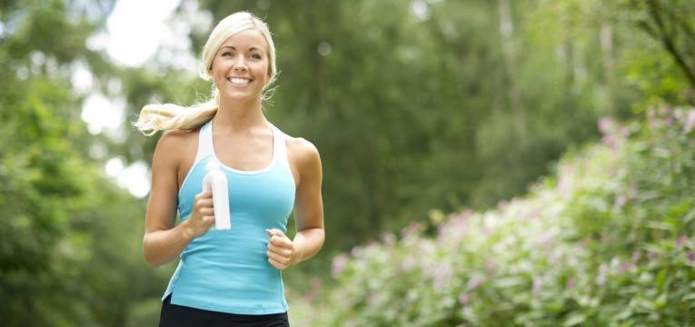 mulher a correr no parque
