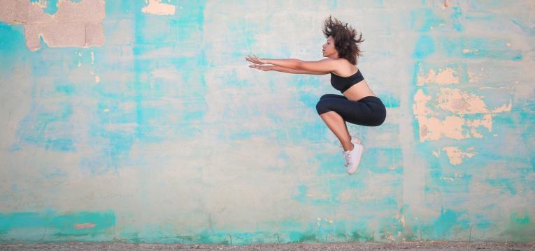 mulher a saltar alto