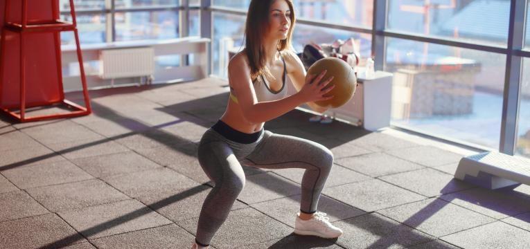 agachamento mulher com bola