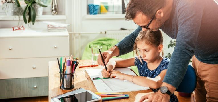 pai a ajudar nos trabalhos de casa