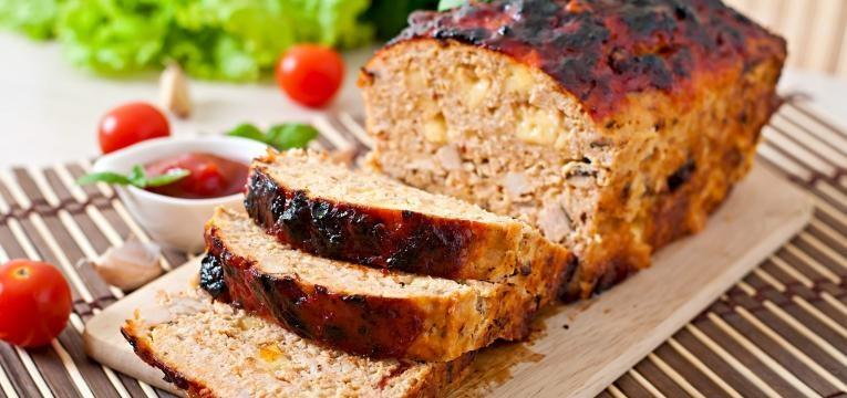 Rolo de carne com ovo e bacon