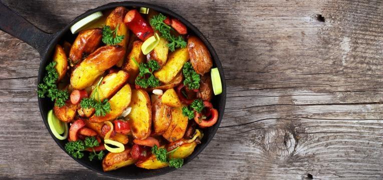 Salsichas no forno com legumes
