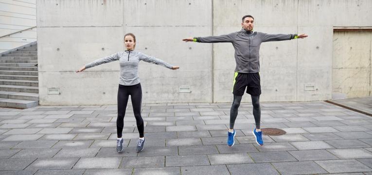 casal a treinar com saltos