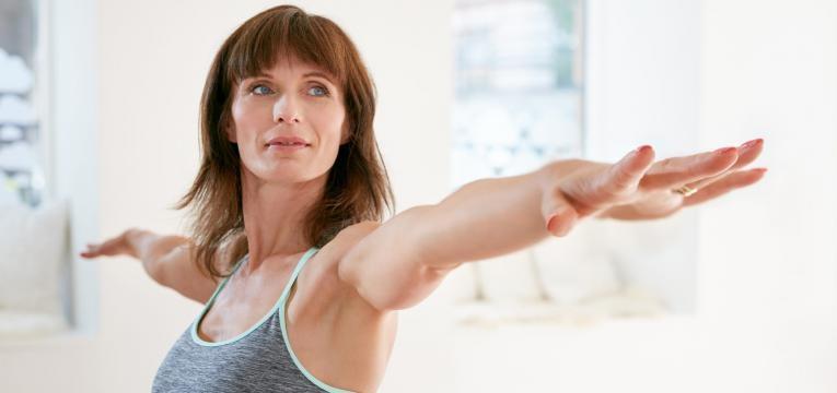 mulher a fazer exercício de braços esticados