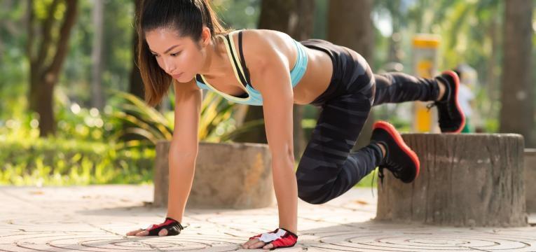 rapariga a fazer exercico no exterior