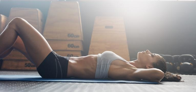 mulher deitada para fazer abdominais