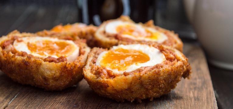 Scotch egg com morcela e carne de vaca