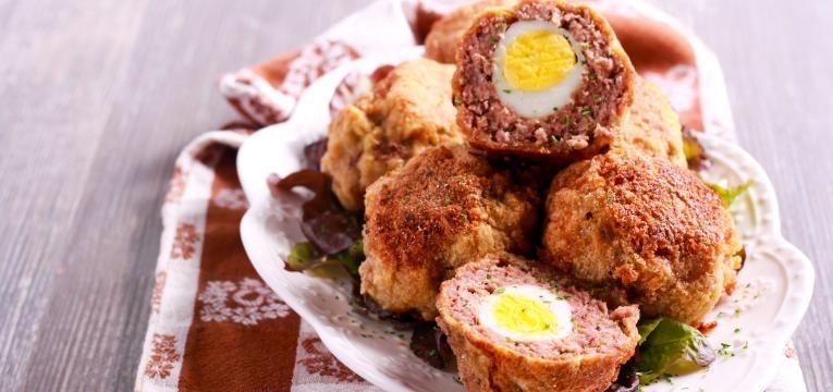 Scotch egg com carne de porco e especiarias